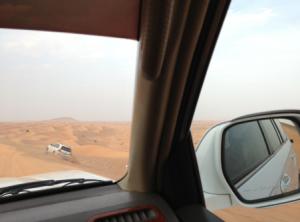 ランクルでドバイの砂漠を走る