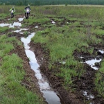 雨で泥沼と化したモンゴルの道を行くセロー